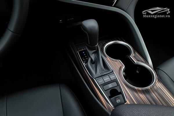 Chân cần số trau chuốt hơn với nhiều nút chức năng như phanh tay điện tử, hỗ trợ giữ phanh tự động và ba chế độ lái Eco, Normal, Sport.