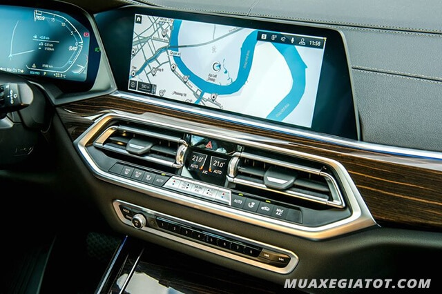 BMW X5 2020 được trang bị khá nhiều tiện nghi đặc biệt, tiêu biểu như khả năng nhận diện cử chỉ, giúp người dùng điều chỉnh bài hát hay dung lượng mà không cần chạm vào màn hình.
