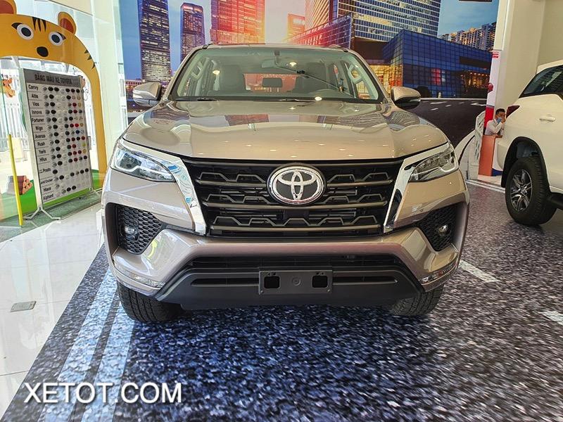 dau xe toyota fortuner 2021 toyota tan cang truecar vn 7 1 Đánh giá xe Toyota Fortuner 2021 - Sứ mệnh chinh phục ngôi vương SUV 7 chỗ