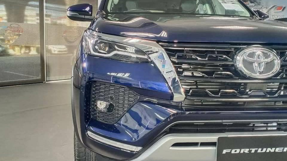 den pha xe toyota fortuner 2021 truecar vn Đánh giá xe Toyota Fortuner 2021 - Sứ mệnh chinh phục ngôi vương SUV 7 chỗ