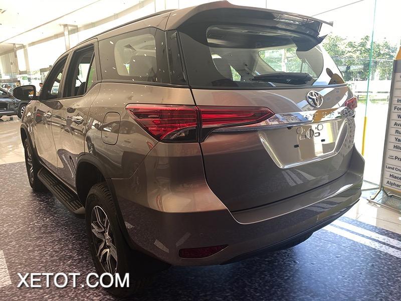 duoi xe toyota fortuner 2021 toyota tan cang truecar vn 1 1 Đánh giá xe Toyota Fortuner 2021 - Sứ mệnh chinh phục ngôi vương SUV 7 chỗ