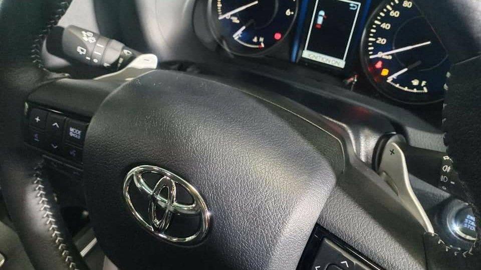 logo tren vo lang xe toyota fortuner 2021 truecar vn Đánh giá xe Toyota Fortuner 2021 - Sứ mệnh chinh phục ngôi vương SUV 7 chỗ
