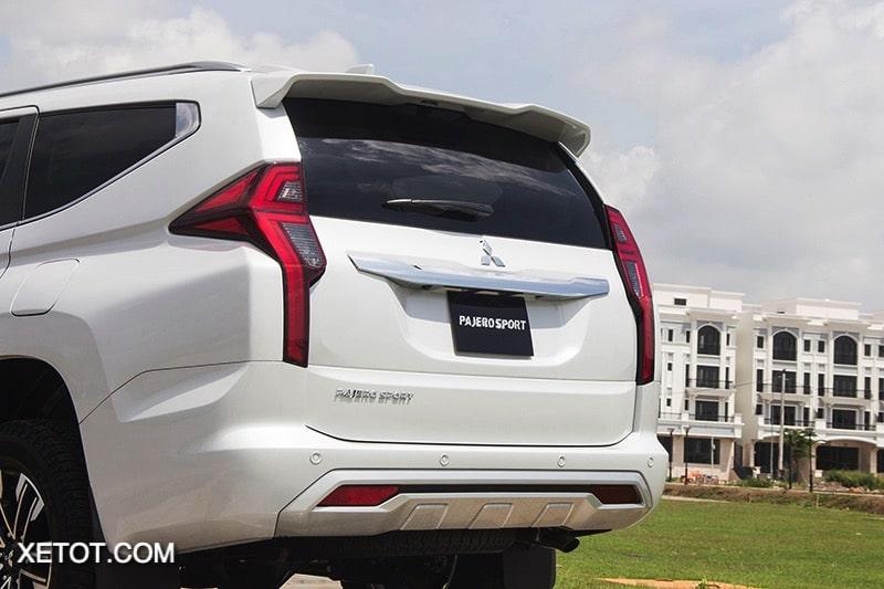 phia sau xe mitsubishi pajero sport 2020 2021 xetot com blog Đánh giá xe Mitsubishi Pajero Sport 2021 giá từ 1,11 tỷ đồng