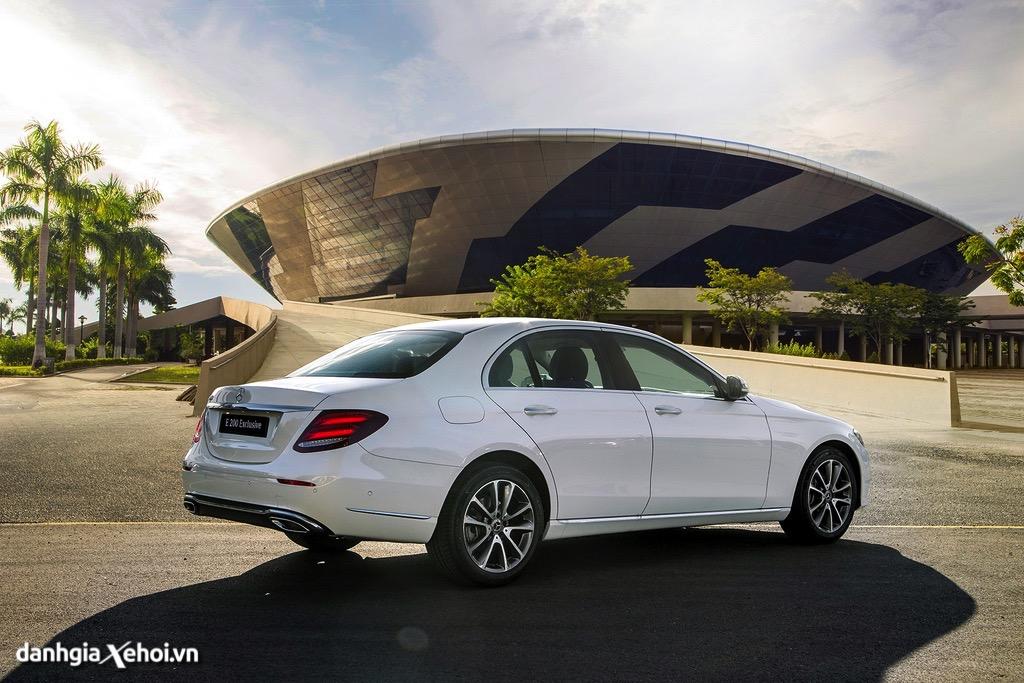 Duoi xe Mercedes E200 Exclusive 2022 danhgiaxehoi vn 1024x683 1 Đánh giá xe Mercedes E200 Exclusive 2022: Phiên bản thay thế cực chất lượng cho E200 Sport