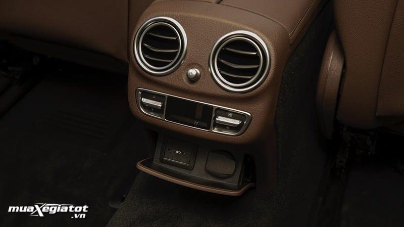 cong sac hang ghe sau xe mercedes benz e300 amg 2021 2022 muaxegiatot vn Đánh giá xe Mercedes E300 AMG 2022: Xứng đáng là phiên bản cao cấp nhất dòng E-Class