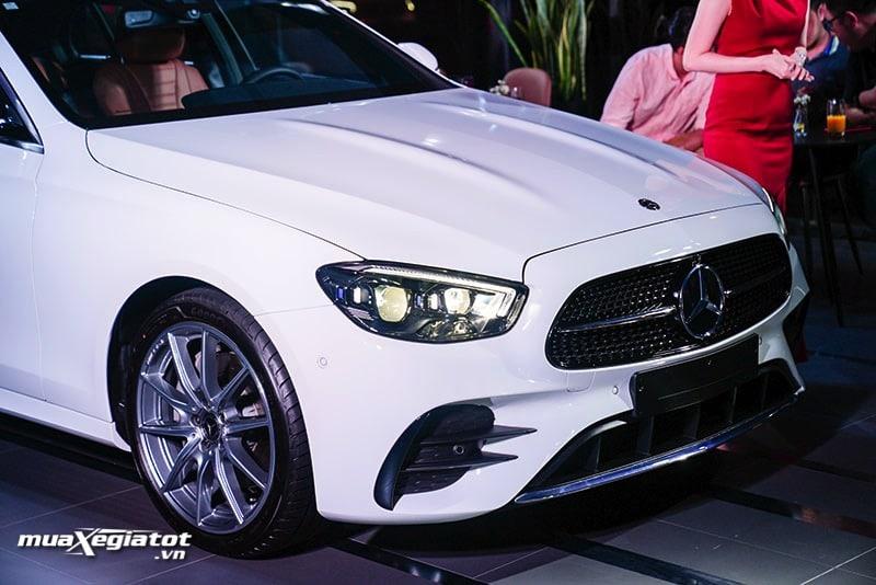 dauxe mercedes benz e300 amg 2021 2022 muaxegiatot vn Đánh giá xe Mercedes E300 AMG 2022: Xứng đáng là phiên bản cao cấp nhất dòng E-Class