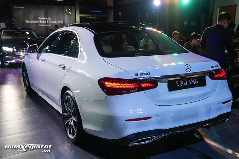 phia sau xe mercedes benz e300 amg 2021 2022 muaxegiatot vn Đánh giá xe Mercedes E300 AMG 2022: Xứng đáng là phiên bản cao cấp nhất dòng E-Class