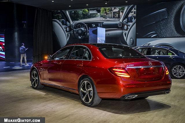 duoi xe mercedes benz e200 sport 2020 muaxegiatot com Đánh giá xe Mercedes E200 Sport 2021 - Giá cả phải chăng