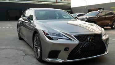 """dau xe lexus ls 500 2022 giaxehoi vn 1 800x601 1 373x210 Đánh giá xe Lexus LS 500 2022 - """"Cực phẩm"""" xe sang của thương hiệu Lexus"""