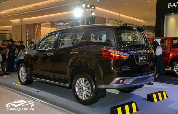 duoi xe isuzu mux 2021 2022 xetot com 11 Đánh giá xe Isuzu MU-X 2021 đang bán tại Việt Nam: Mạnh mẽ hơn, thể thao hơn