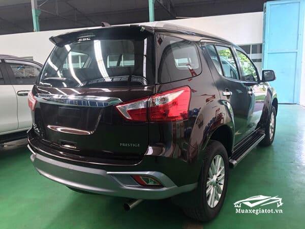 duoi xe isuzu mux 2021 2022 xetot com 2 Đánh giá xe Isuzu MU-X 2021 đang bán tại Việt Nam: Mạnh mẽ hơn, thể thao hơn